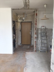 widok na drzwi wejściowe z salonu_przed remontem