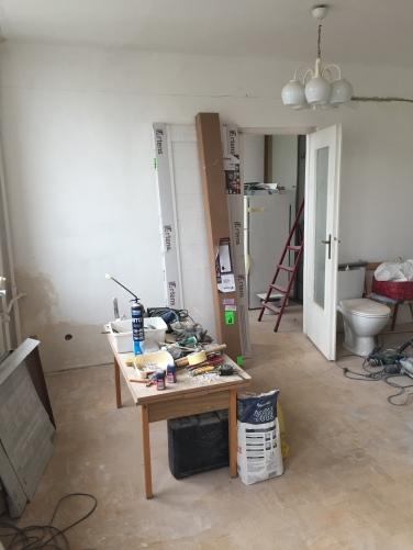 widok na drzwi do sypialni_przed remontem
